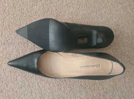 Black pointed toe shoes size 7/40