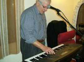 KEYS PLAYER/ORGANIST SEEKS FOR NON PROF BAND