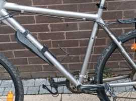 Giant Mountain Bike (disc brakes & panier)