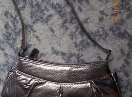 NEW DOLCIS HANDBAG GOLD/SILVER COLOURED 11 INS WIDE NEW CONDITION