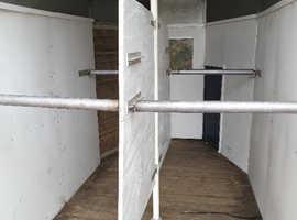 Double horse trailer partition