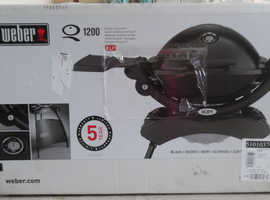 Weber Q1200 Gas Barbecue Black with stand