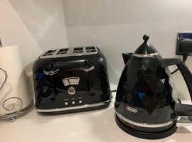 DeLonghi kettle & Toaster