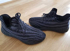 Mens trainer Adidas Yeezy  size 9