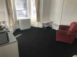 Bedsit Bearwood £75 pw  no deposit - 4 weeks rent in advance inc council tax and water