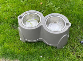 Plastic stand and 2 stainless bowls