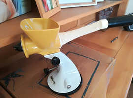 Table top hand mincer