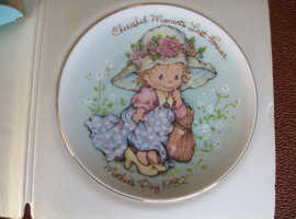 NEW MOTHERS DAY PLATE BY AVON FROM 1982 WITH EASEL 5 INCHES (13CMS) DIAMETER