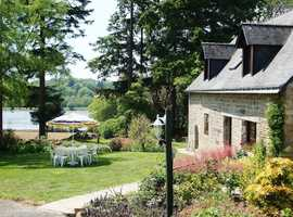 A 3 bedroom large detatched cottage sleeps 6 with panramic lake views and heat pool