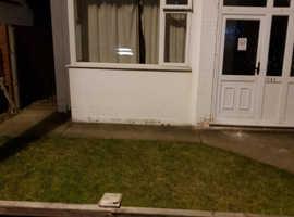 1 bedroom self contained studio flat Beechwood area Luton LU4 close to ALL amenities