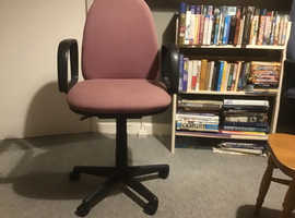 Sit back and relax in this padded office chair