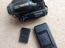 S-VHS Panasonic C Movie NV-S70 Palmcorder and Accessories