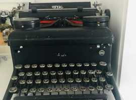 ANTIQUE ROYAL TYPE WRITER
