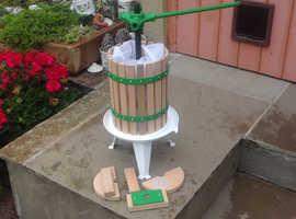 Apple or pears juicer press for cider making
