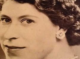 Hard copy original Her Majesty Queen Elizabeth II photo shots release