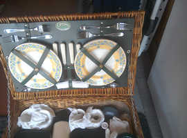 Classic Retro  4 place Picnic Basket.