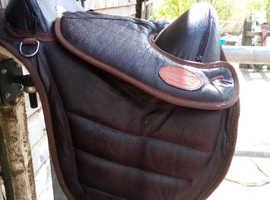 Trekker treeless saddle