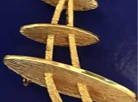 Ladies jewellery roller gold Japanese aikido style pin back brooch.