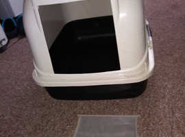 Covered cat litter tray