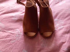 Tan sandals with heel size 4