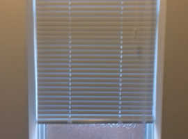 White venetian blinds - x 2 (See sizes)