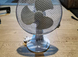 Oscillating 9'' desk fan