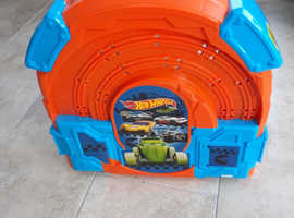 Hot Wheels Carry Case/Racetrack with 2 cars *NEW*