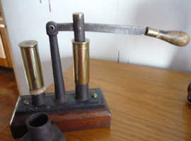 OLD HAND 12G  RELOADING PRESS WITH TWO BRASS SHELLS